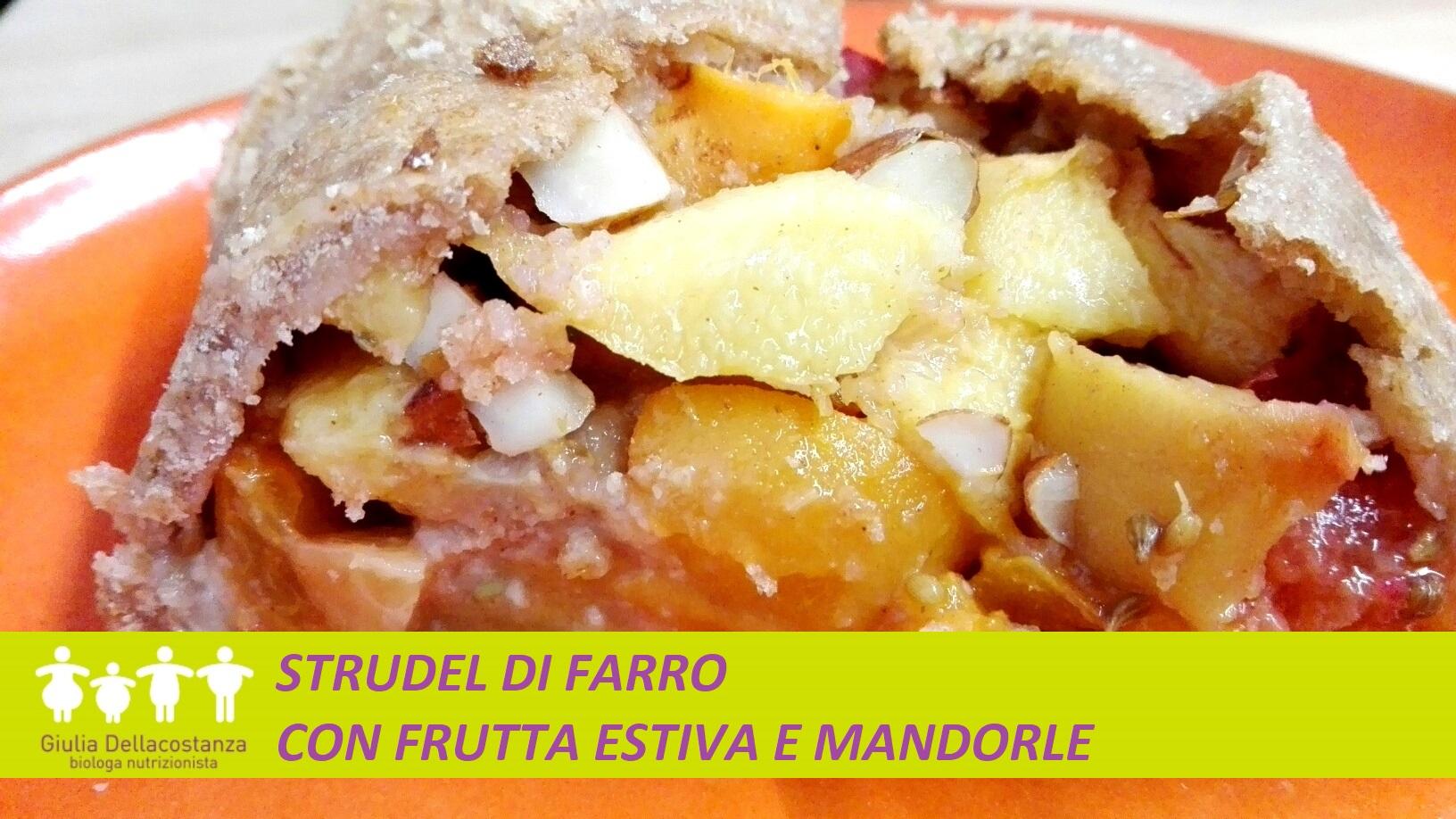 Colazione con strudel di farina di farro integrale con frutta estiva e mandorle.
