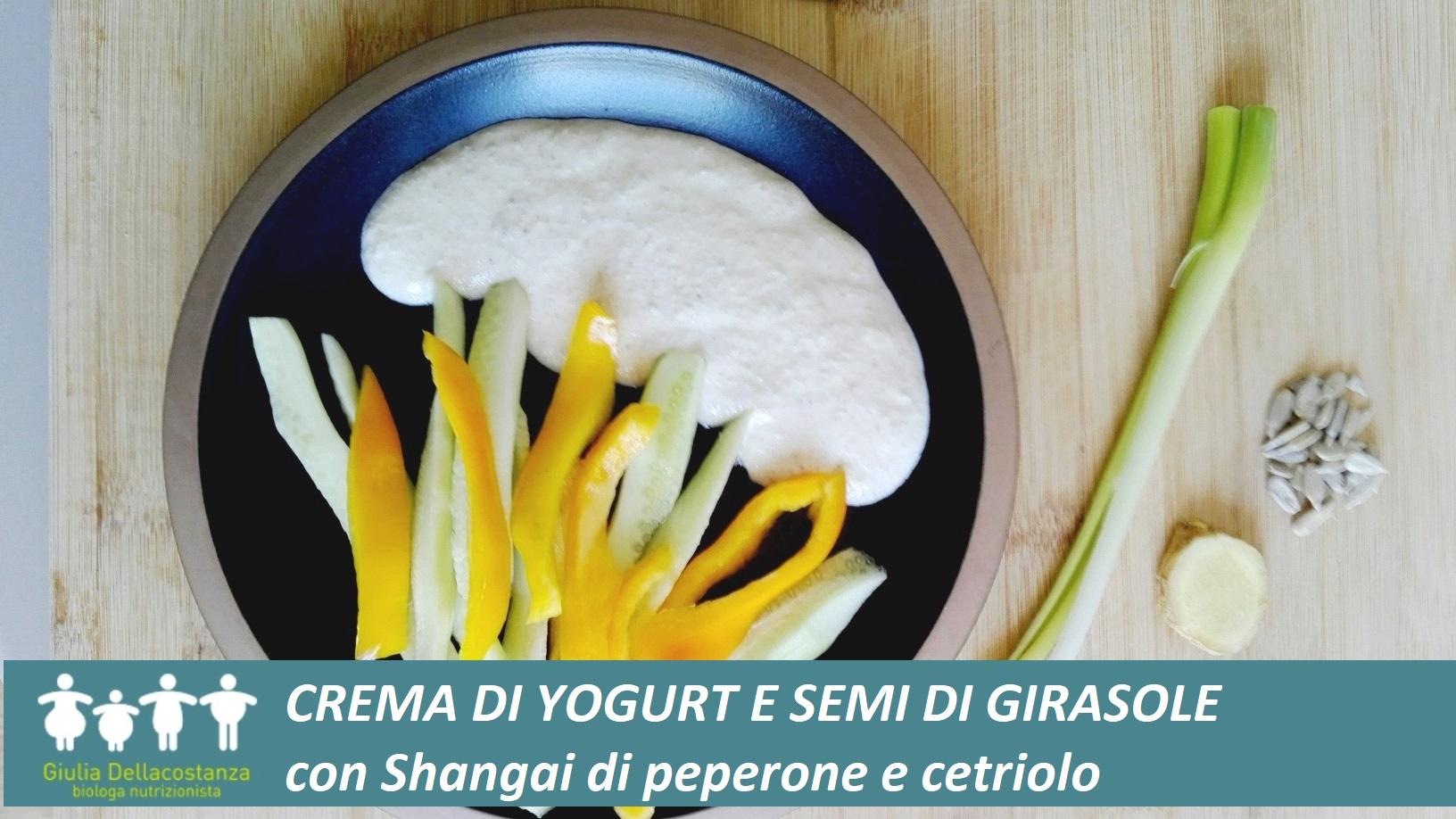 Crema a base di semi di girasole e yogurt, accompagnata con peperone giallo e sedano.