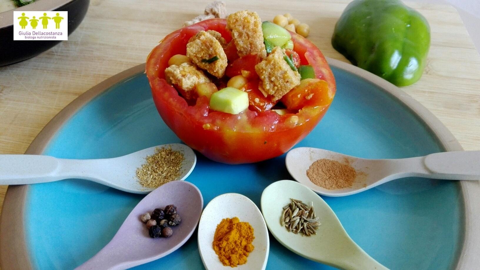 Pomodoro cuore di bue riempito con cubetti di pane raffermo, ceci lessati, cetriolo, cipolla e curry.