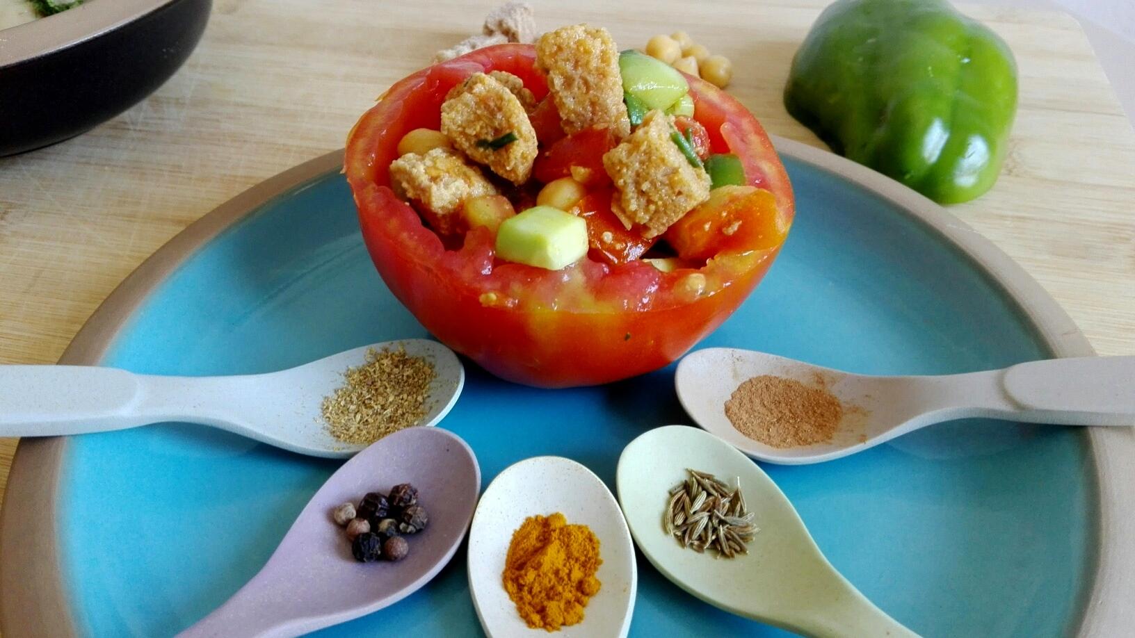 curcuma, pepe, cannella, cumino, coriandolo utilizzate per condire una panzanella al pomodoro