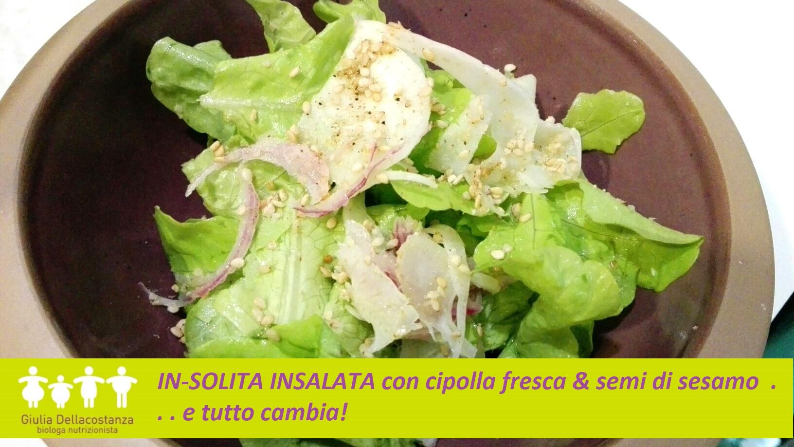 In-solita insalata con cipolla fresca e semi di sesamo.