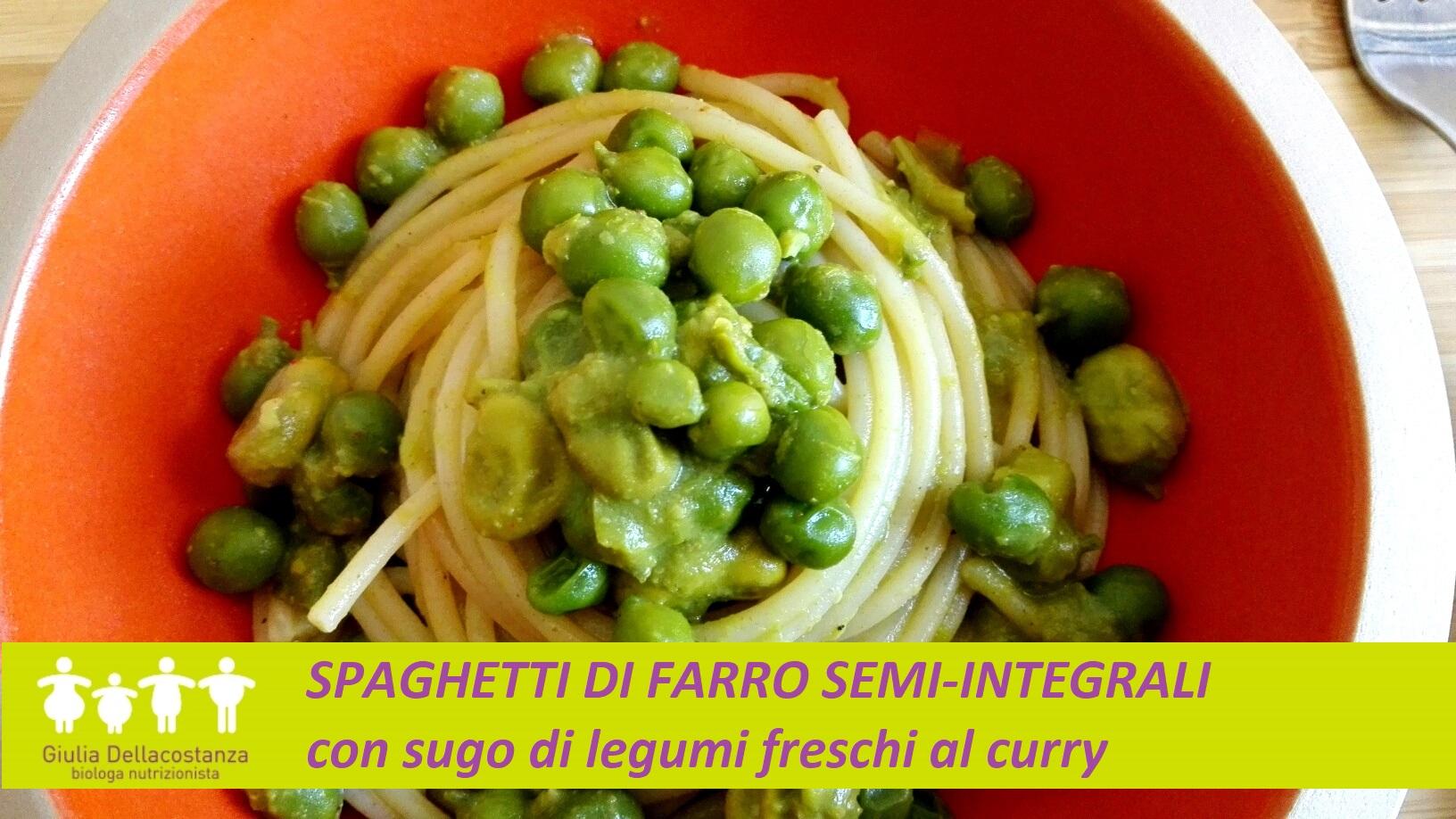 Piatto di pasta: spaghetti di farro conditi con sugo di legumi freschi al curry.