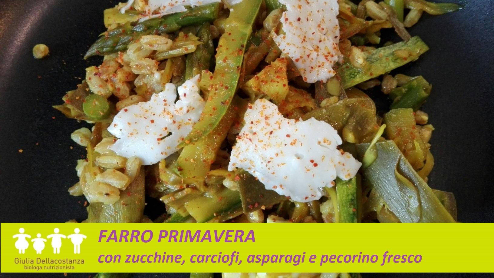 Piatto completo a base di farro perlato con zucchine, asparagi, carciofi e pecorino fresco.