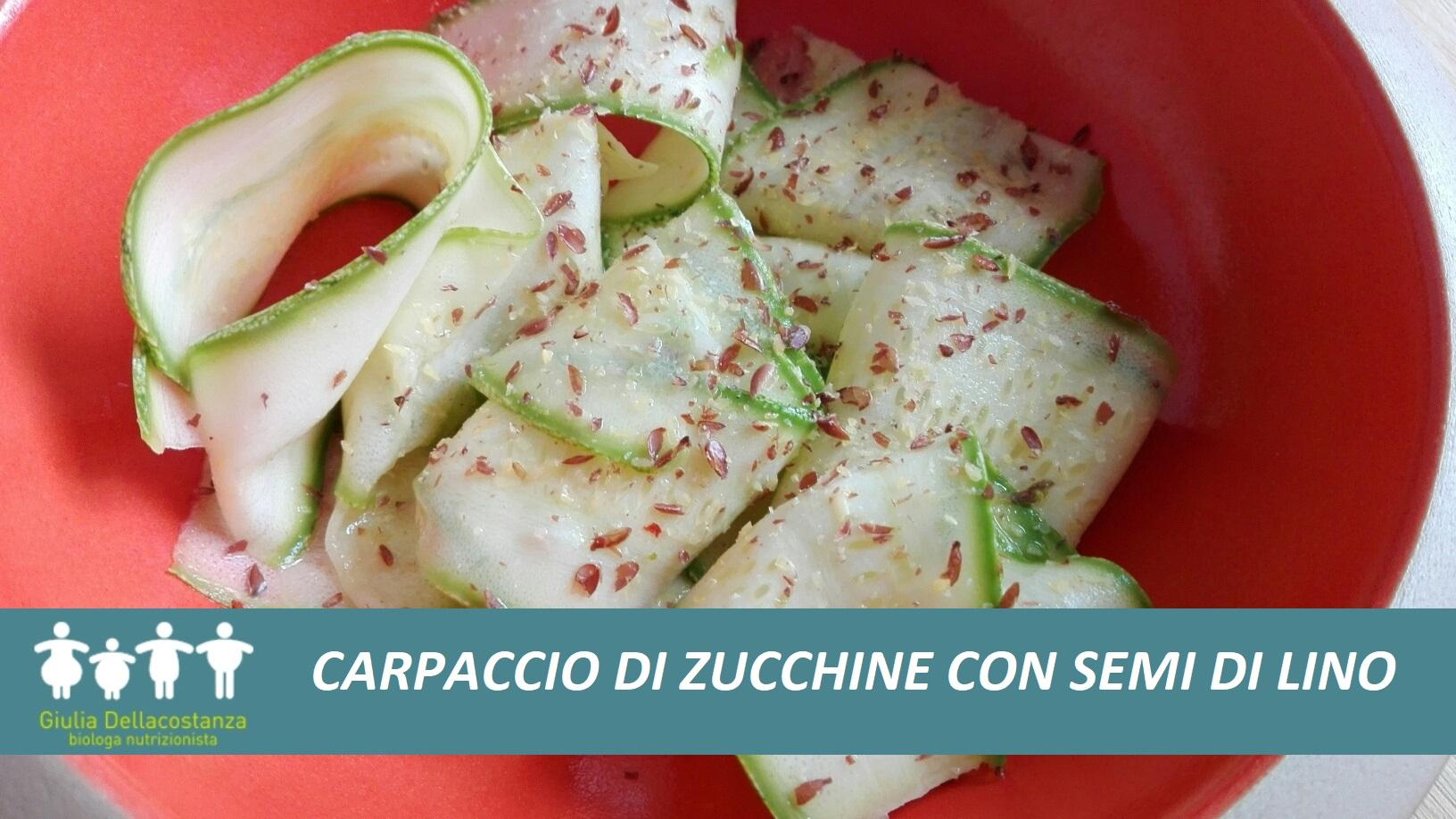 Zucchine crude condite con semi di lino macinati, aglio fresco e succo di limone.