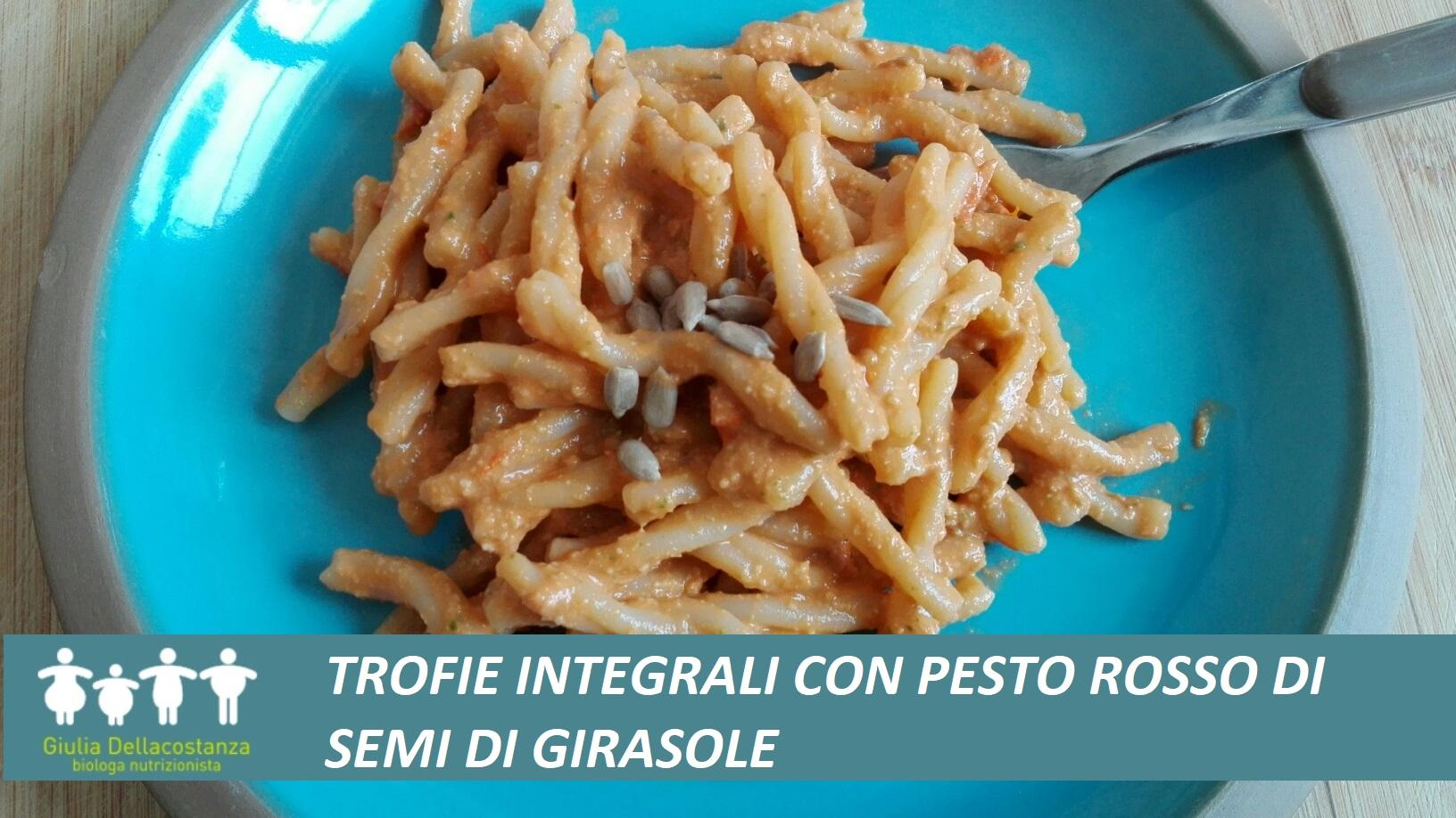 Pasta integrale condita con pesto di semi di girasole, basilico e pendolini.