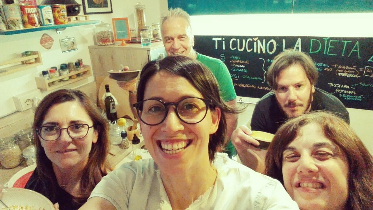 Partecipanti al laboratorio di educazione alimentare in cucina.