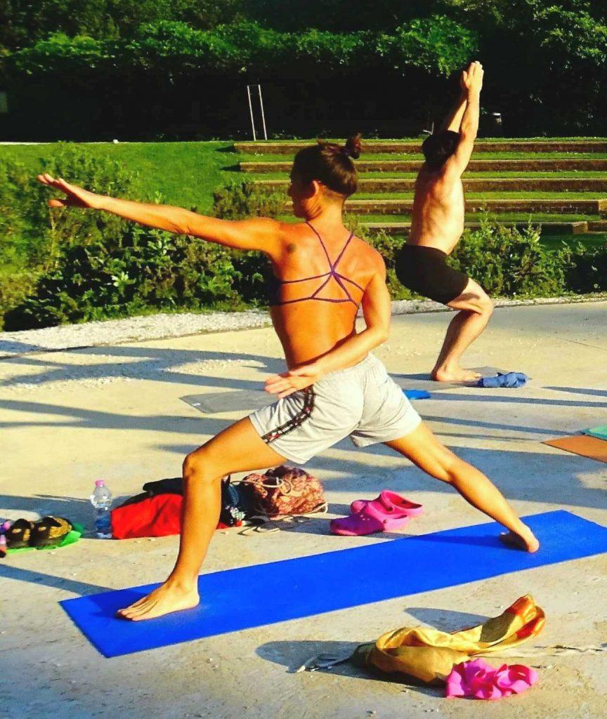 Praticare yoga all'aperto aiuta a vivere più a lungo, insieme ad una buona dieta.