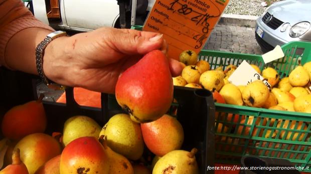 Frutta estiva - Pera angelica in vendita nei mercati di campagna amica.