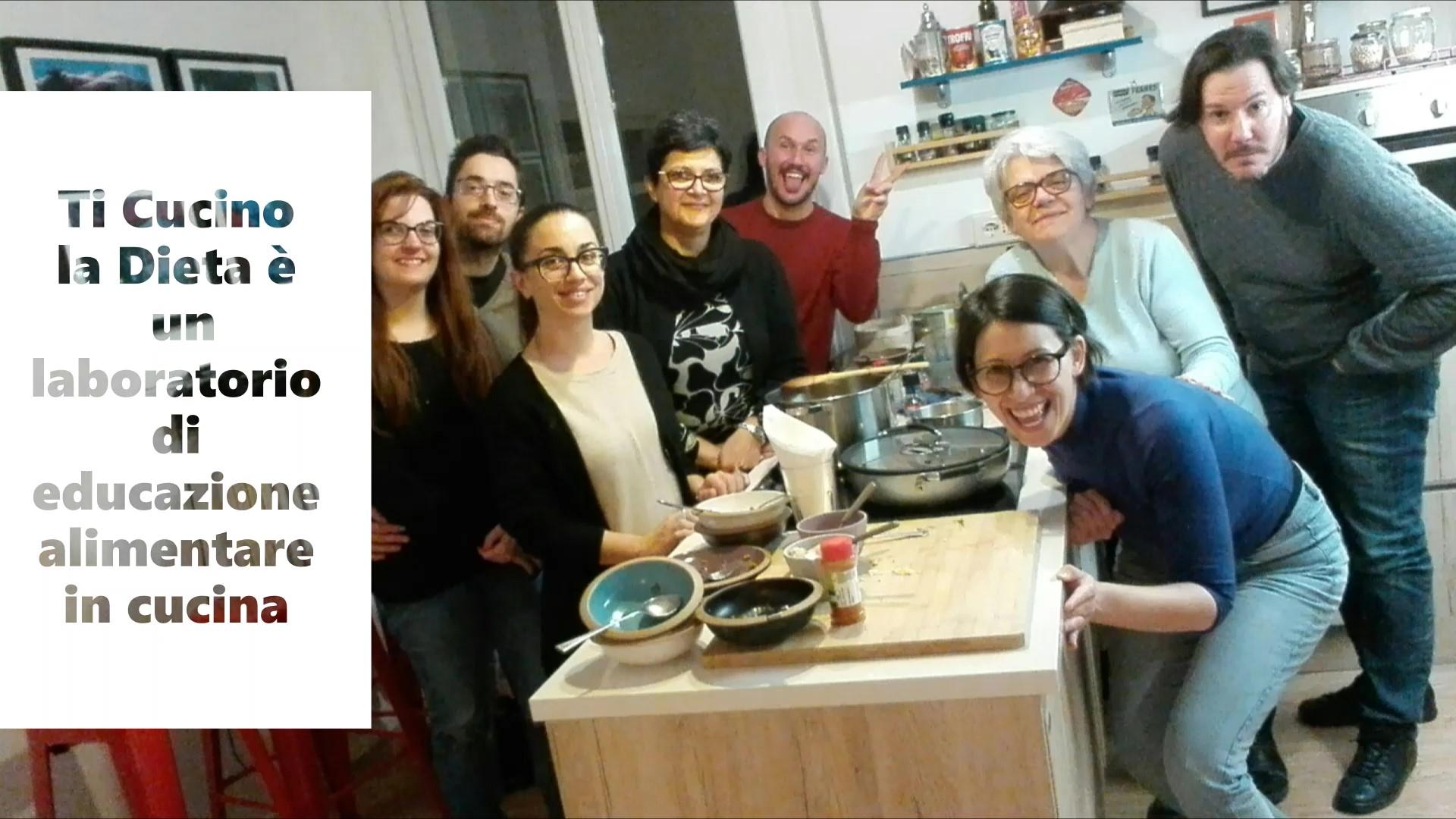 partecipanti ad un laboratorio di educazione alimentare in cucina